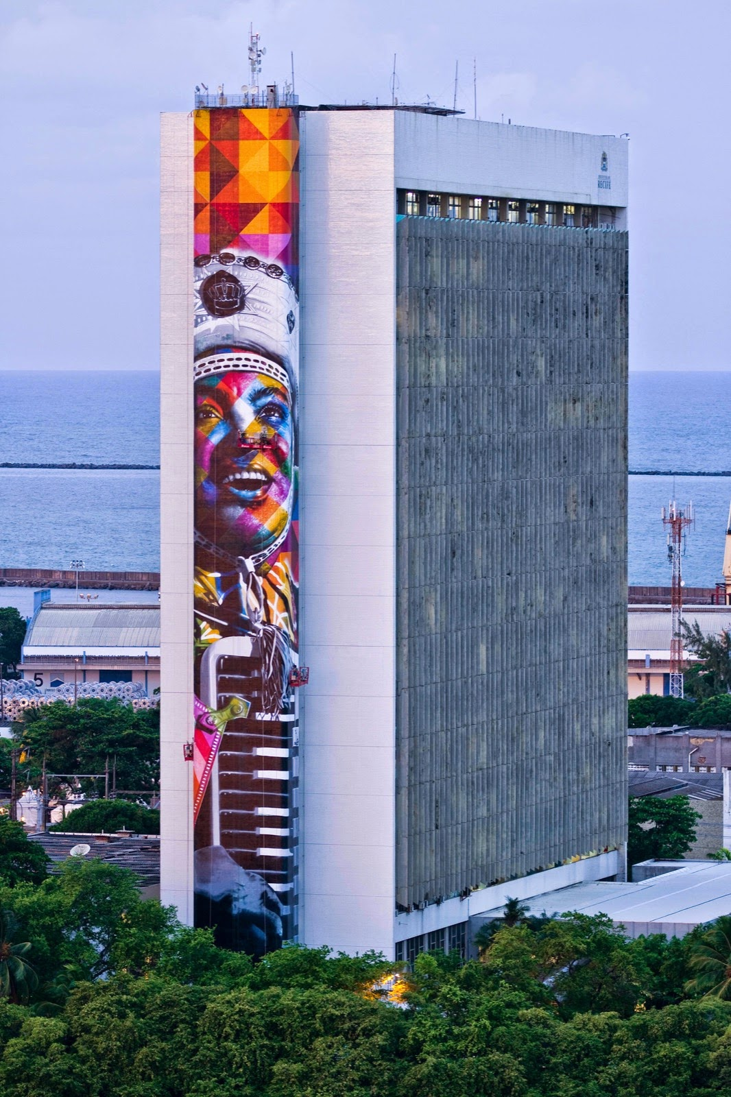 Eduardo Kobra is currently in Brazil where he just finished working on this massive new piece in Recife, the fifth-largest metropolitan area in the country with 3,743,854 inhabitants.