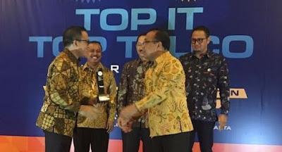 Penghargaan Top IT dan Telco 2017 untuk Bupati Azwar Anas.