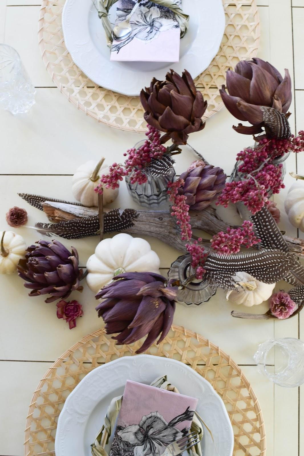 Tischdeko für den Herbst mit Kürbis, Artischocken und Pfefferbeeren. Kürbisdeko Herbstliche Deko, Herbstdeko Esszimmer Tisch Dekoration