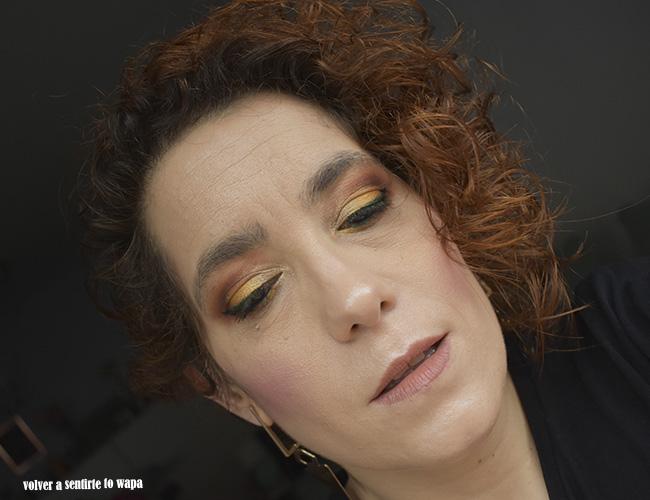 Maquillaje en tonos amarillo, granate y verde