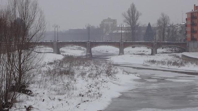 El río Po congelado en Parma
