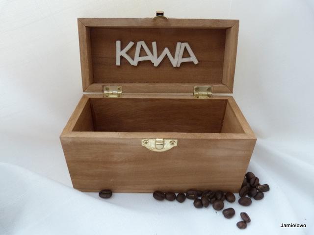 wnętrze drewnianego pudełka ozdobione napisem kawa