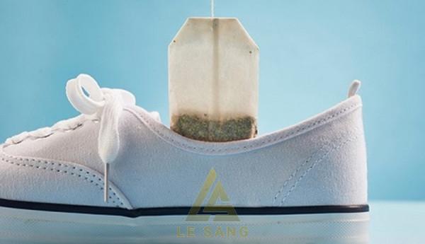 Cách làm giày không bị hôi bằng bã trà túi lọc