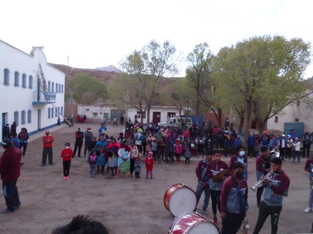 Das Volk versammelt sich auf dem Dorfplatz