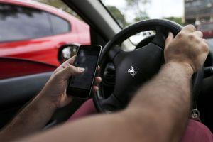 Um em cada cinco brasileiros usa o celular na direção, diz Ministério