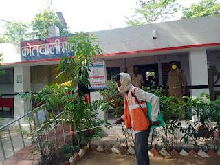 कोरोना योद्धाओं को सुरक्षित रखने हेतु जालौन थाना परिसर सैनेटाइज किया गया -पुलिस अधीक्षक जालौन      संवाददाता, Journalist Anil Prabhakar.                 www.upviral24.in