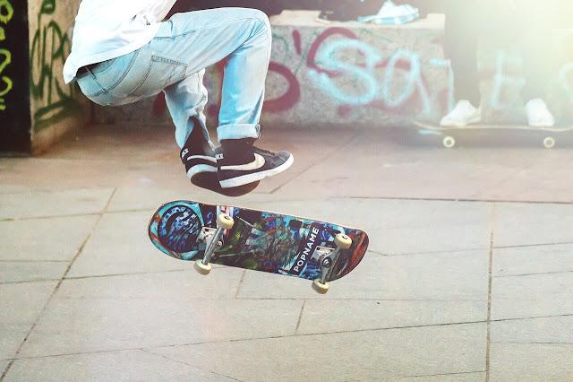 remaja bermain skateboard