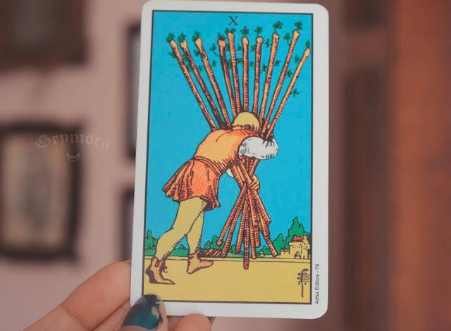 Saiba o significado da Carta 10 de Paus no Tarot do amor, dinheiro e trabalho, na saúde, como obstáculo ou invertida e como conselho.