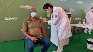 Após aprovação da Anvisa, governo de SP aplica 1ª dose da CoronaVac