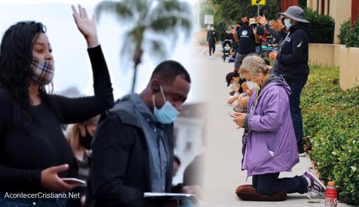 Cristianos oran en San Diego