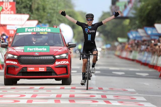 Michael Storer cruzando a linha de chegada na 10ª etapa da Vuelta a España