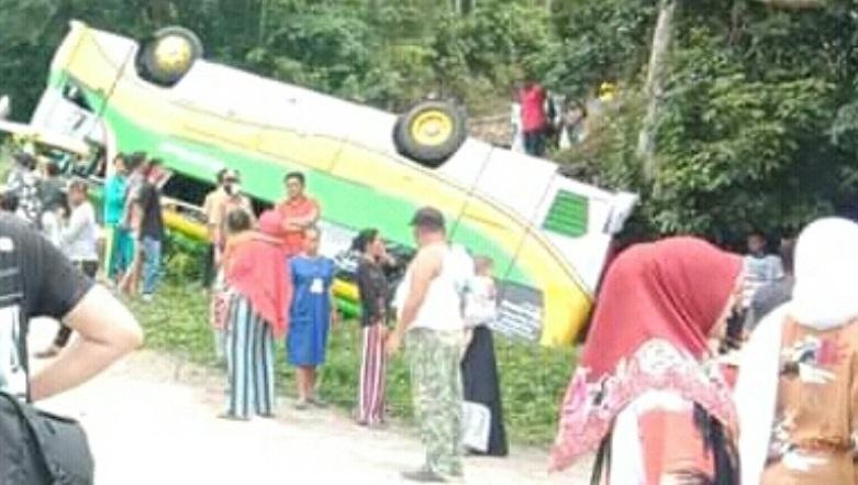 Bus Pariwisata Terbalik di Pendakian Bukik Chinangkiek