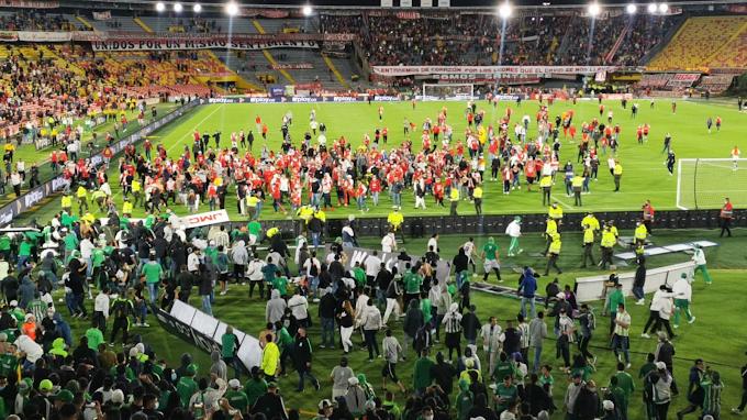 ¡Vergonzoso! Hinchas de Atlético Nacional y Santa Fe se enfrentaron en las tribunas y campo de juego de El Campín de Bogotá