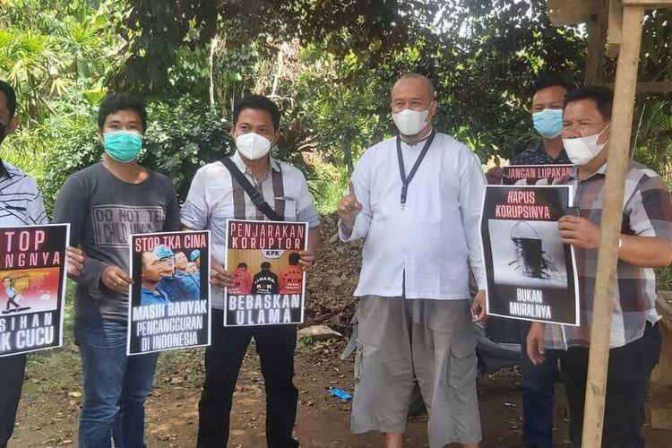 Heboh Jokowi 'Didemo' 5 Polisi Bentangkan Poster Tolak TKA China hingga Tragedi KM 50
