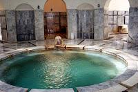 Bir kaplıca hamamı içindeki yuvarlak havuz