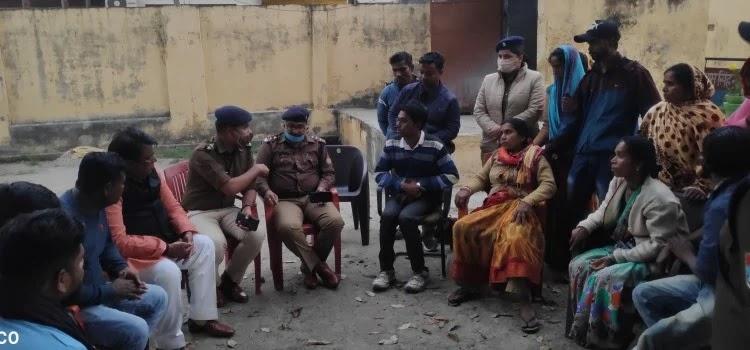 शक्तिफार्म चौकी में पुलिस से वार्ता करते पूर्व विधायक नारायण पाल व पुलिस के अधिकारी।