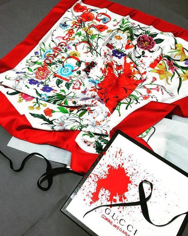 GUCCI se une a COMME DE GARÇONS para lançamento de uma coleção cápsula de  lenços estampados. As peças são em edição limitada e levam o jogo das duas  marcas ... 167f8a28805