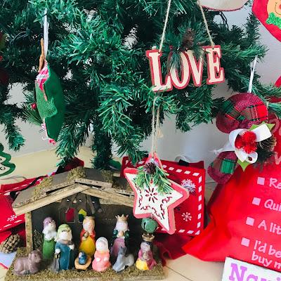 nacimiento navideño en arbol de navidad boricua