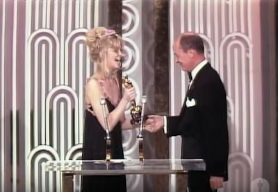Goldie Hawn entregando el Óscar al film Patton