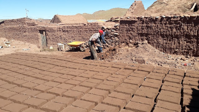 Eine harte Arbeit, die Lehmsteine herzustellen.