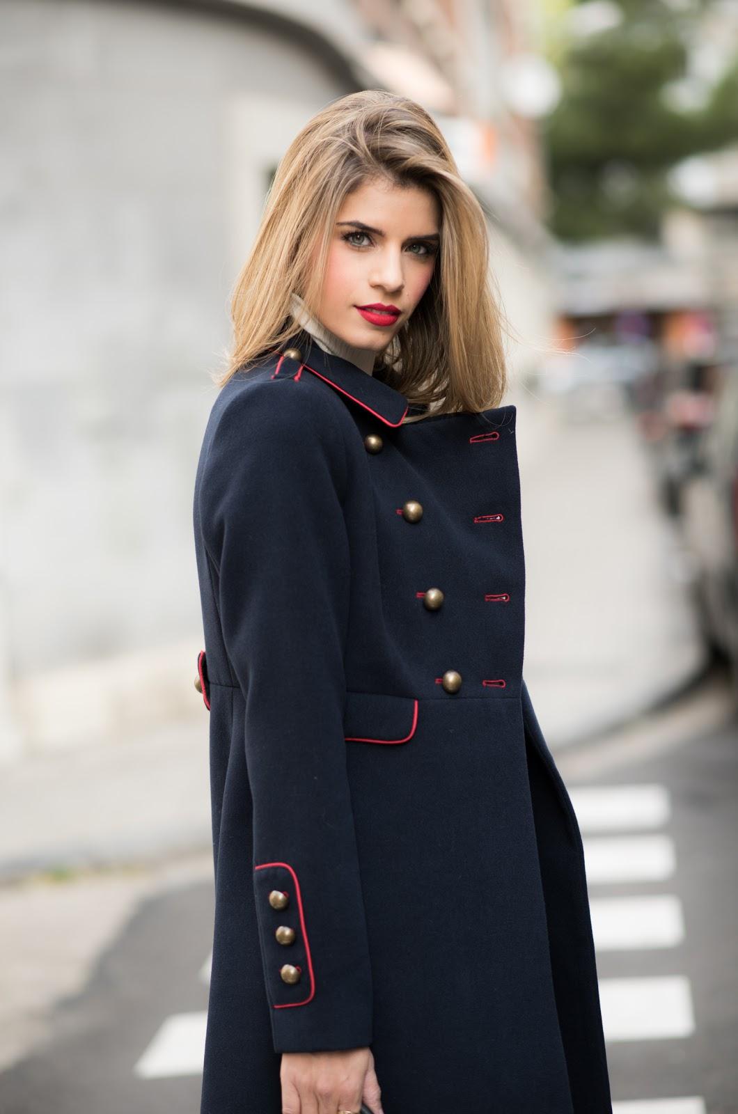 Outfit abrigo militar azul
