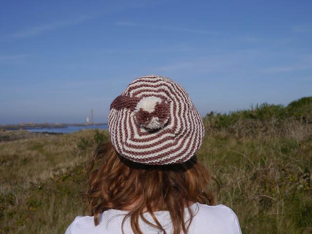 pompom bonnet à rayures et torsade en tricot
