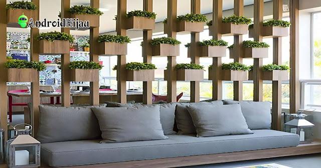 partisi ruangan dengan tanaman bunga kecil dengan bingkai kayu