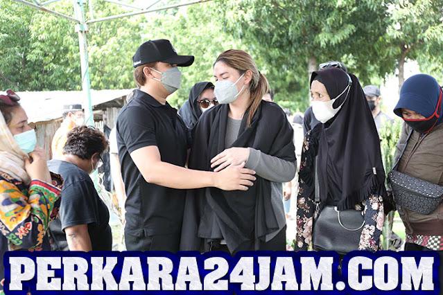 http://www.perkara24jam.com/2021/06/artis-billy-syahputra-hadir-di-acara-pemakaman-ayahanda-hilda-vitria.html