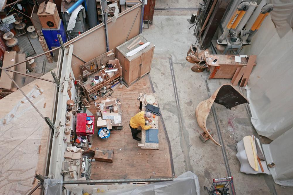 Vue de l'atelier des machines de l'île de Nantes où l'on voit une personne qui travaille le bois