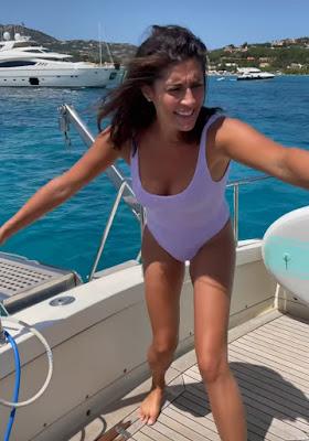 Elisa Isoardi bikini bianco vacanze in Sardegna oggi 3 agosto