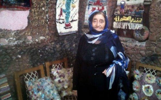 (الجدة ريانة)… معرض أعمال فنية بالسويداء لسيدة ثمانينية