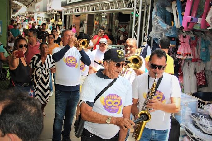 Orquestra Girassol traz o clima de carnaval e anima clientes e condôminos no Moda Center