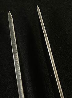 ロバスト(左)とプロS(右)のスパイン 研磨されていないため、凹凸がある