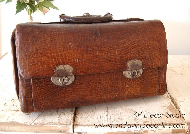 Maleta de doctor antigua disponible. maletín médico vintage de cuero para decoración.