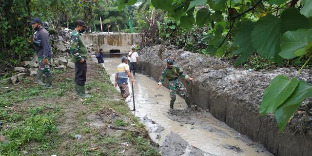Satgas TMMD Ke-112 Kodim 0207/Simalungun Bersihkan Saluran Irigasi Pada Sasaran Fisik Pembangunan Bendungan Air