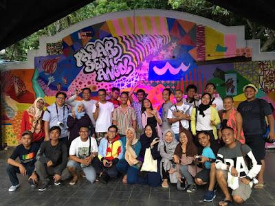 Blogger dan vlogger foto bersama di panggung pertunjukan Pasar Seni