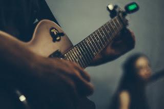 stroik elektroniczny, strojenie gitary stroikiem elektronicznym, jak nastroić gitarę, strojenie gitary online