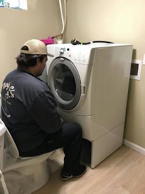 Mann schaut fern mit Waschmaschine - Haushalt lustig