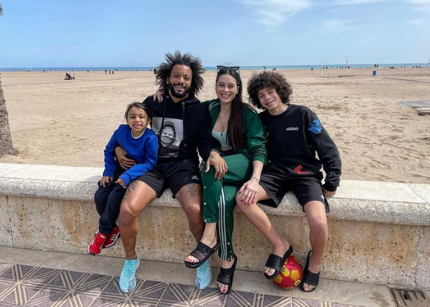 Marcelo Vieira se salta el cierre perimetral y posa con su familia en la playa de València