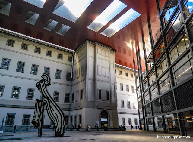 escultura Pincelada, de Roy Lichtenstein, no Museu nacional Centro de Artes Reina Sofia, em Madri