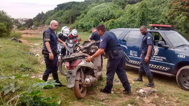 GCM de Santo André localiza moto roubada abandonada em matagal na Vila Sá
