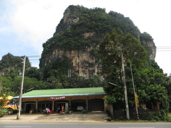Гора возле здания Таиланд