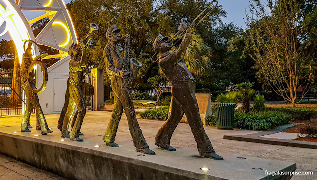 Escultura homenageia músicos de jazz no Parque Louis Armstrong, em Nova Orleans