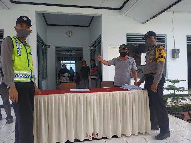 Polsek Limpung Lakukan Pengamanan Pendistribusian BSNT Provinsi di Desa Babadan