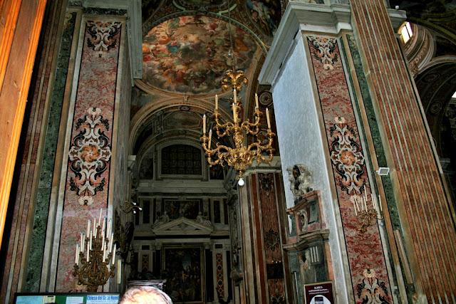 Gesù Nuovo Napoli, interno chiesa, monumenti, decorazioni