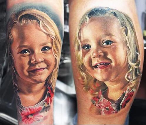 Esplendido tatuaje del retrato de una niña
