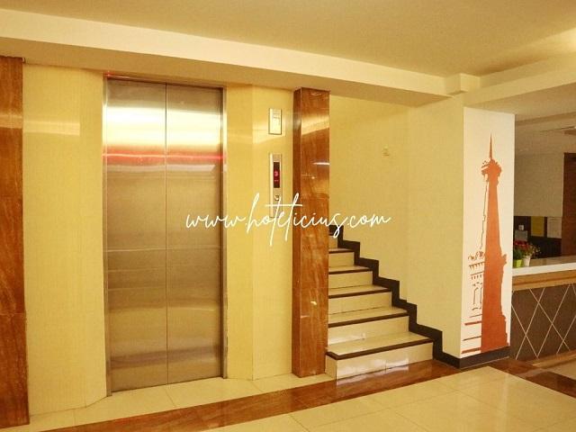 Lift dan Tangga Hotel Tickle Jogja