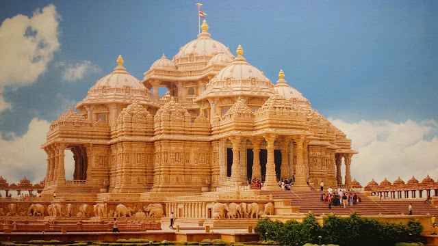 Image of Akshardham temple in sunlight from close up