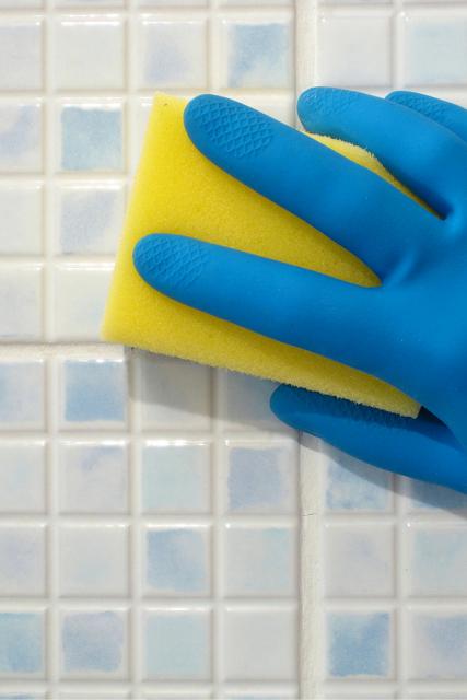 Cómo eliminar la cal de los azulejos y de las griferías