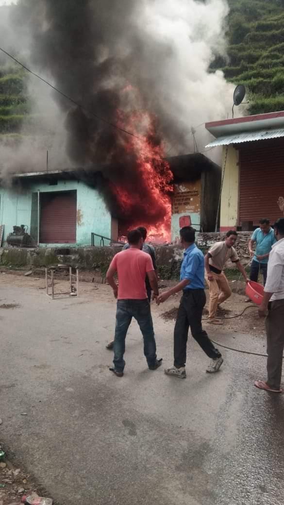 पौड़ी के पाबौ में लगी आग लाखों का सामान वह दो बाइक हुई राख-देखें पूरी खबर